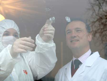 Alun Cairns learns how to take fingerprint marks from glass, with one of USW's forensics students. Neil Gibson. Feb 2017
