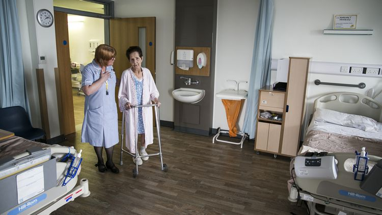 Nurse and patient at Marie Curie. Photo by Ben Blyth, photojournalism student